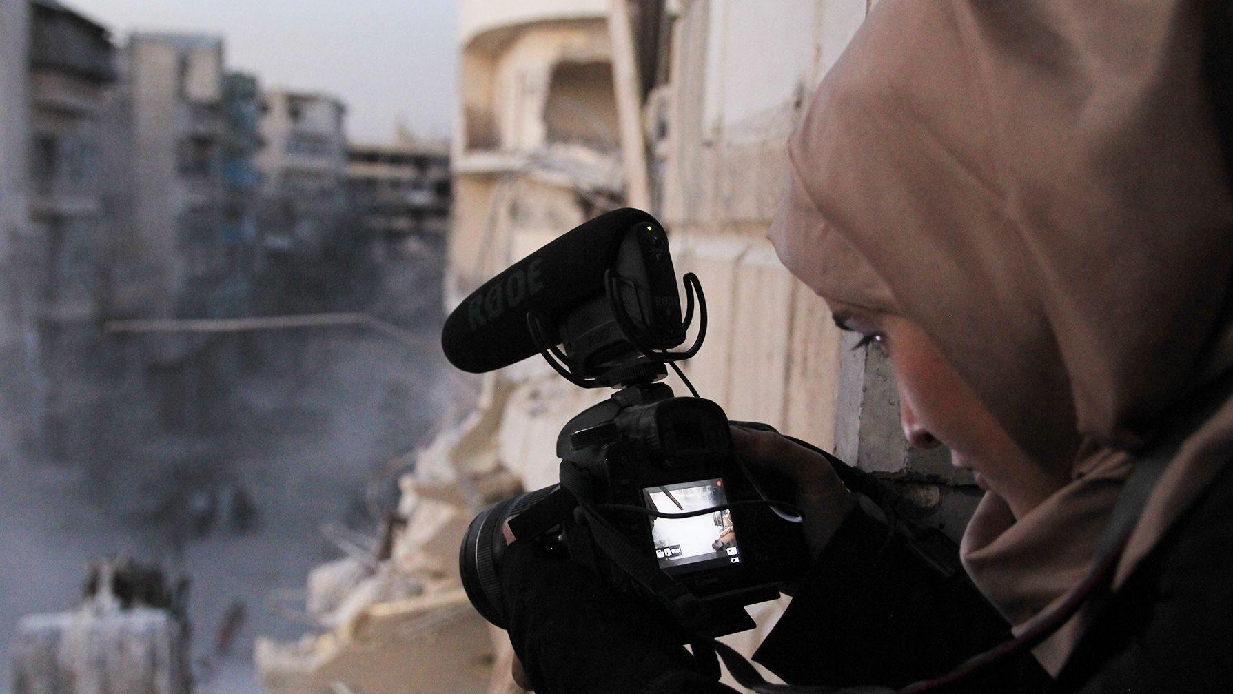 Regisseurin Waad al-Kateab filmt die zerstörten Straßen in ihrer Heimatstadt Aleppo