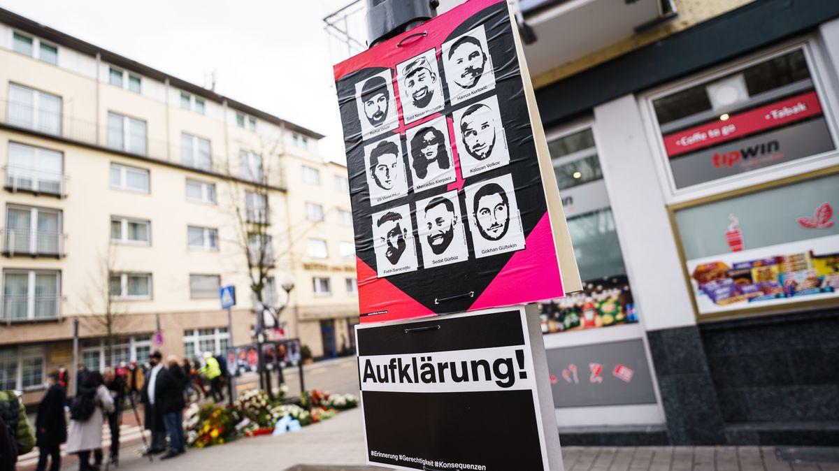 Ein Plakat mit den Porträts der Getöteten in der Nähe des Tatorts am Hanauer Heumarkt  (Symbolbild).