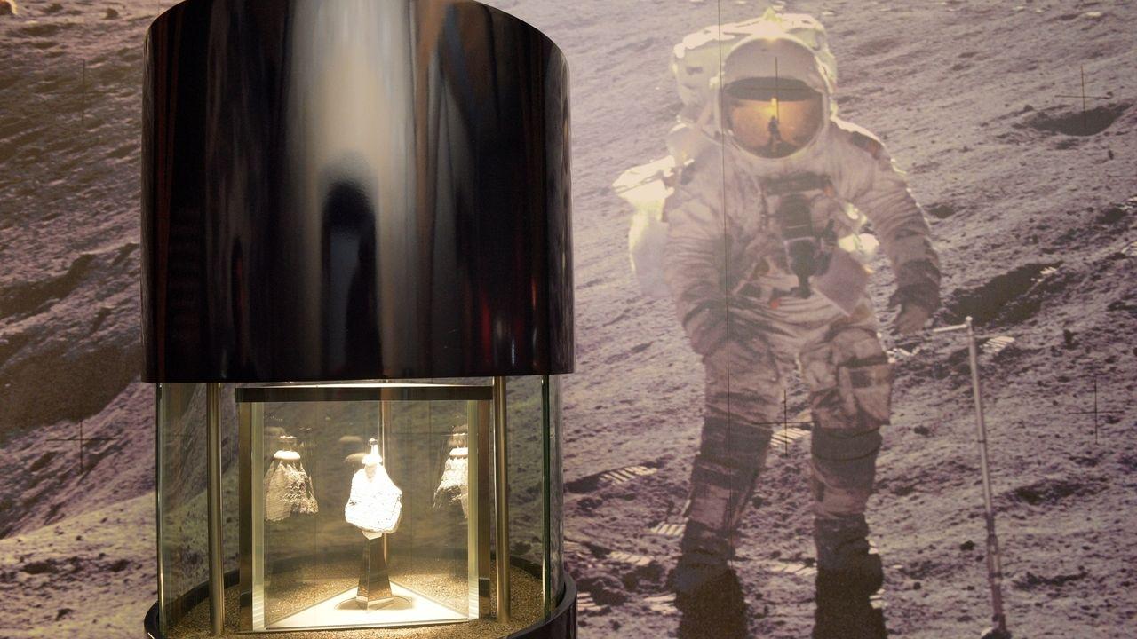 Im Rieskratermuseum ist neben der Aufnahme eines Astronauten auf dem Mond ein Stück Mondgesteim in einer Vitrine ausgestellt.