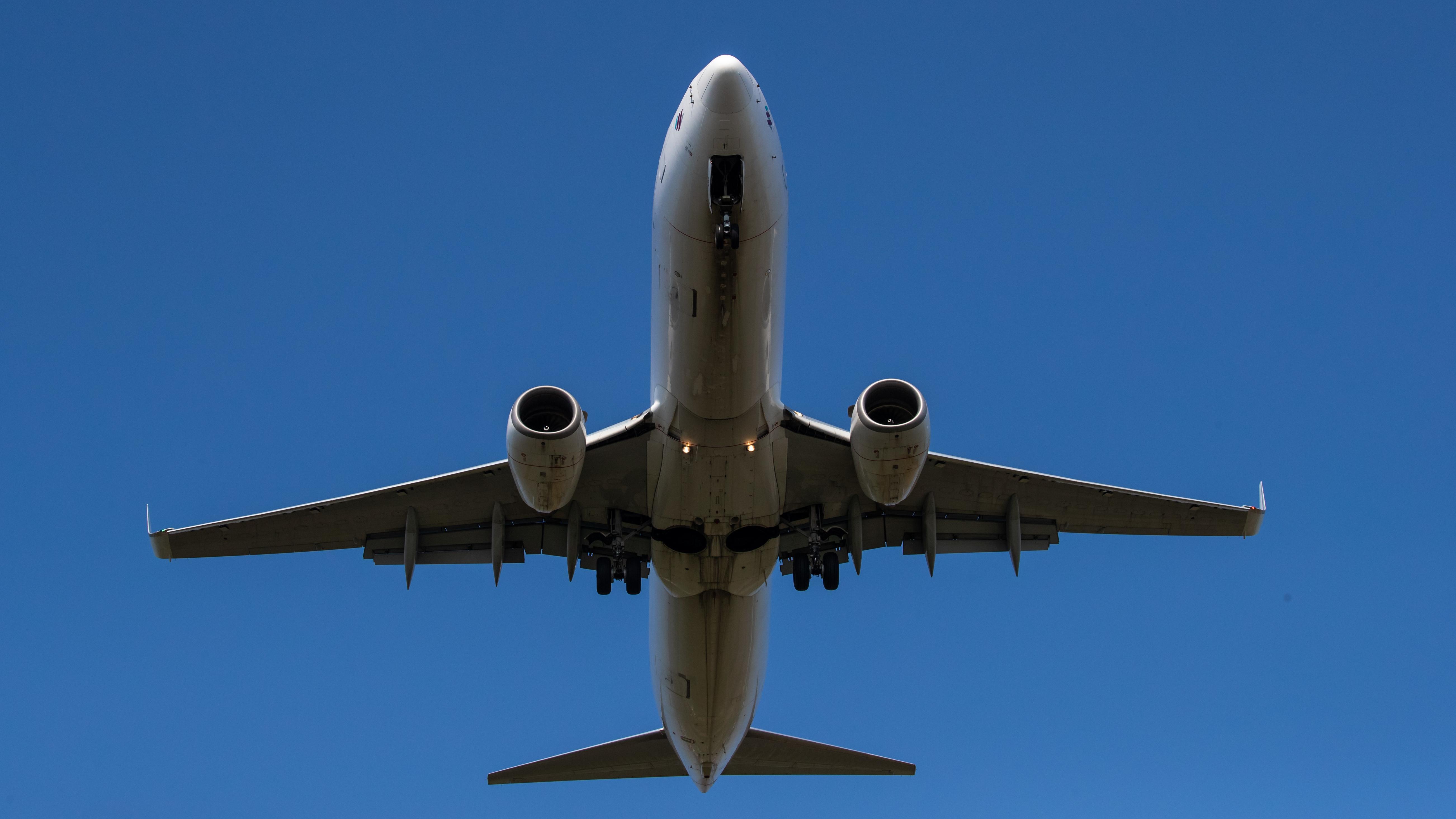 Ein Passagier-Flugzeug befindet sich im Landeanflug auf den Albrecht Dürer Flughafen