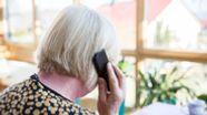 Ältere Frau am Telefon. Betrüger haben es vor allem auf Senioren abgesehen. | Bild:pa/dpa