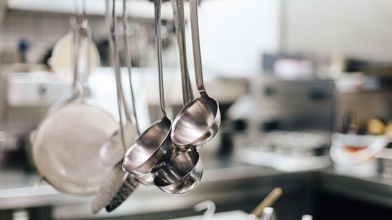 Suppenkellen in verschiedenen Größen hängen in einer Küche bereit (Symbolbild)