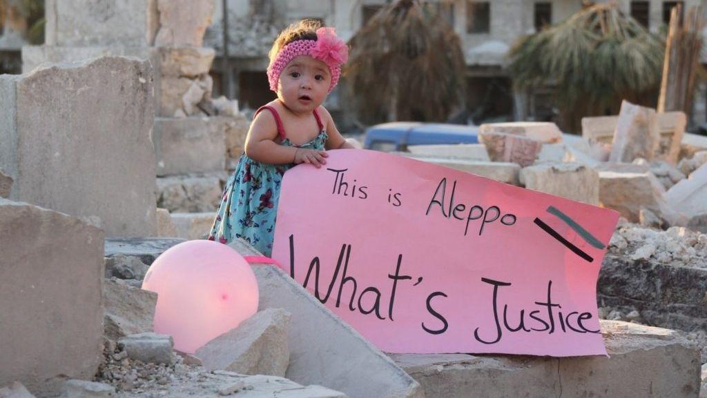 """Kind klagt mit Schild Ungerechtigkeit in Aleppo an: """"Das ist Aleppo. Was ist Gerechtigkeit?"""""""