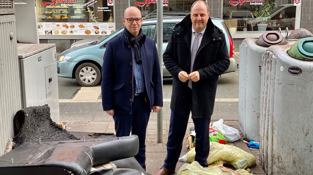 Nürnberger SPD-OB-Kandidat Thorsten Brehm und Bürgermeister Christian Vogel (SPD) umringt von illegal entsorgtem Müll in Nürnberg