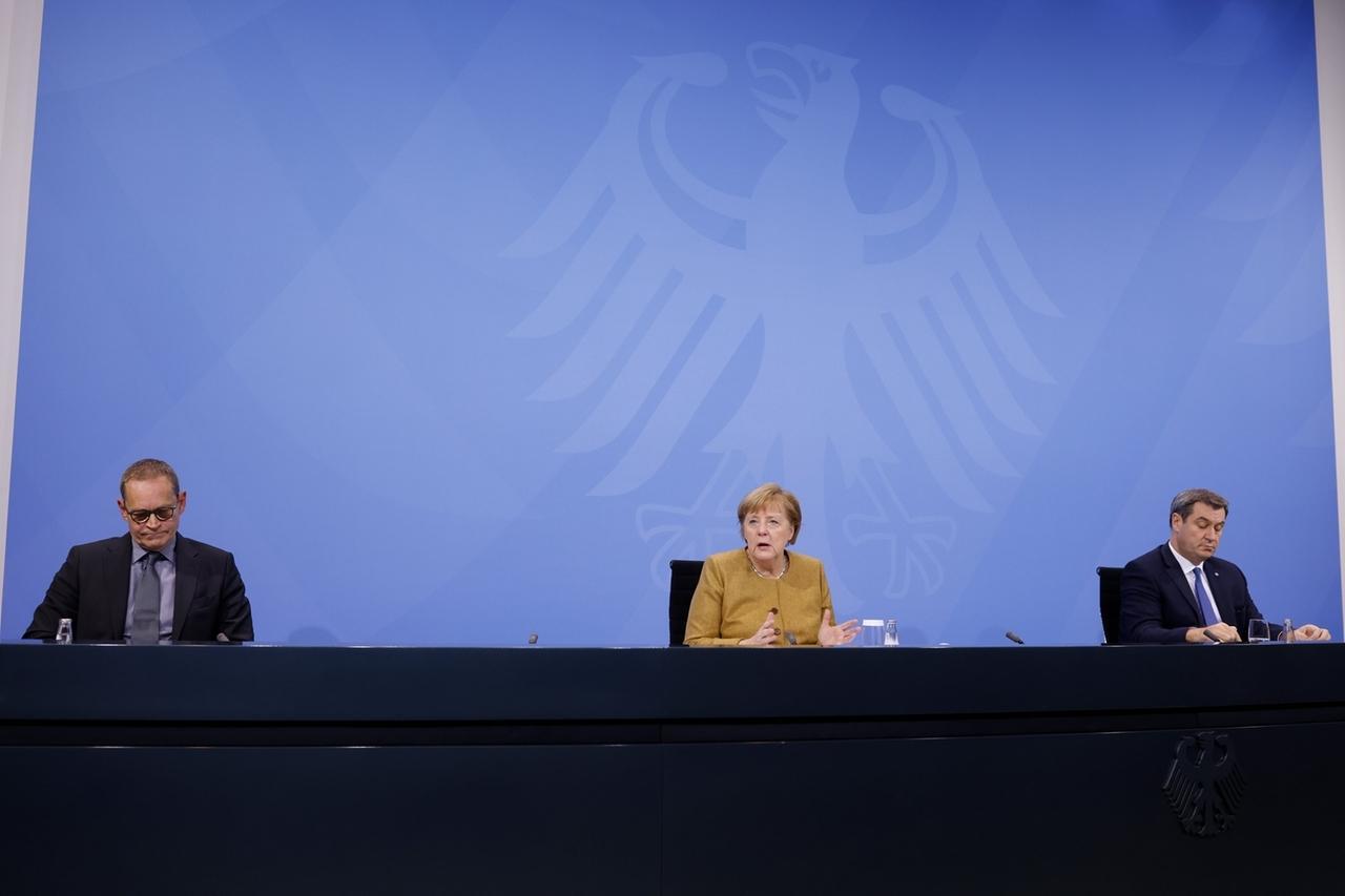 25.11.2020, Berlin: Berlins Regierender Bürgermeister Peter Müller (l - SPD), Bundeskanzlerin Angela Merkel (CDU), und Bayerns Ministerpräsident Markus Söder (CSU) geben im Bundeskanzleramt eine Pressekonferenz. Sie hatten zuvor im Kanzleramt per Videokonferenz mit den Ministerpräsidenten der Bundesländer über die Verlängerung der Coronavirus-Restriktionen verhandelt. Foto: Odd Andersen/AFP/POOL/dpa +++ dpa-Bildfunk +++