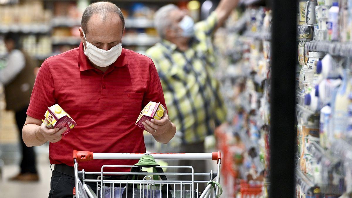 Mann mit Maske in Supermarkt