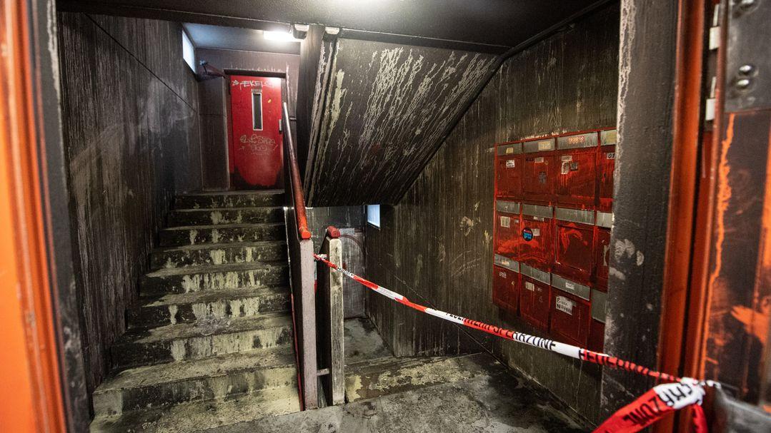 Das Treppenhaus eines Studentenwohnheims im Münchner Stadtteil Freimann ist nach einem Feuer stark verrußt.