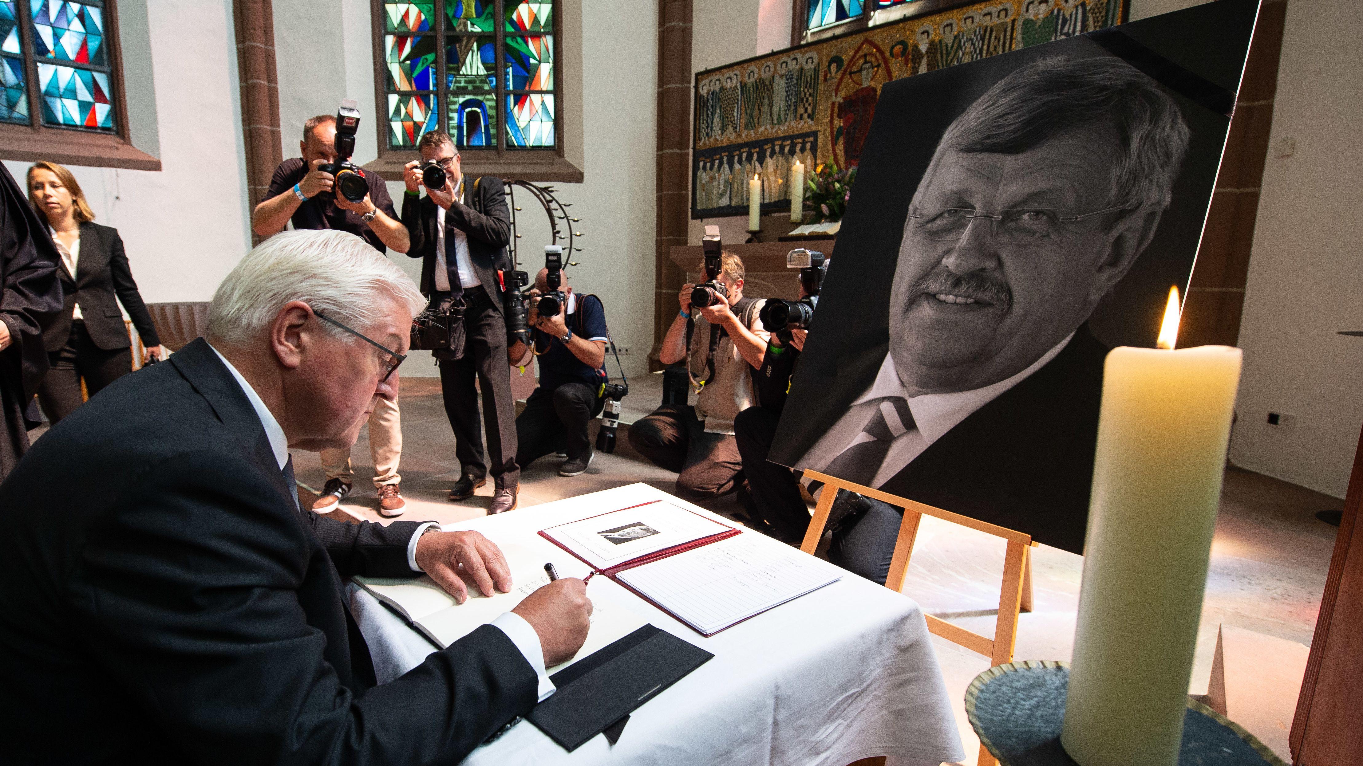 Bundespräsident Frank-Walter Steinmeier trägt sich in das Kondolenzbuch für den ehem. Kasseler Regierungspräsidenten Walter Lübcke ein