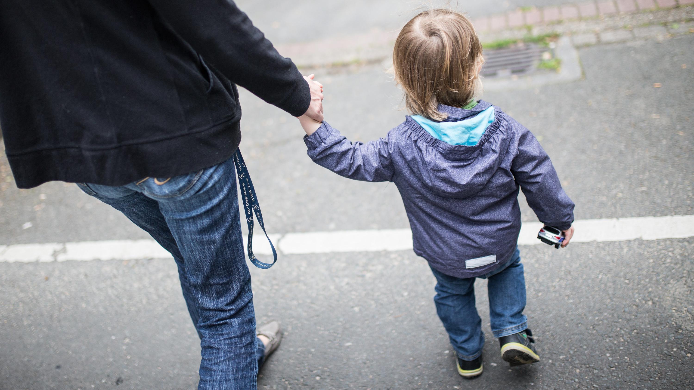 Eine Mutter mit ihrem Sohn, der ein Spielzeugauto in der Hand hält