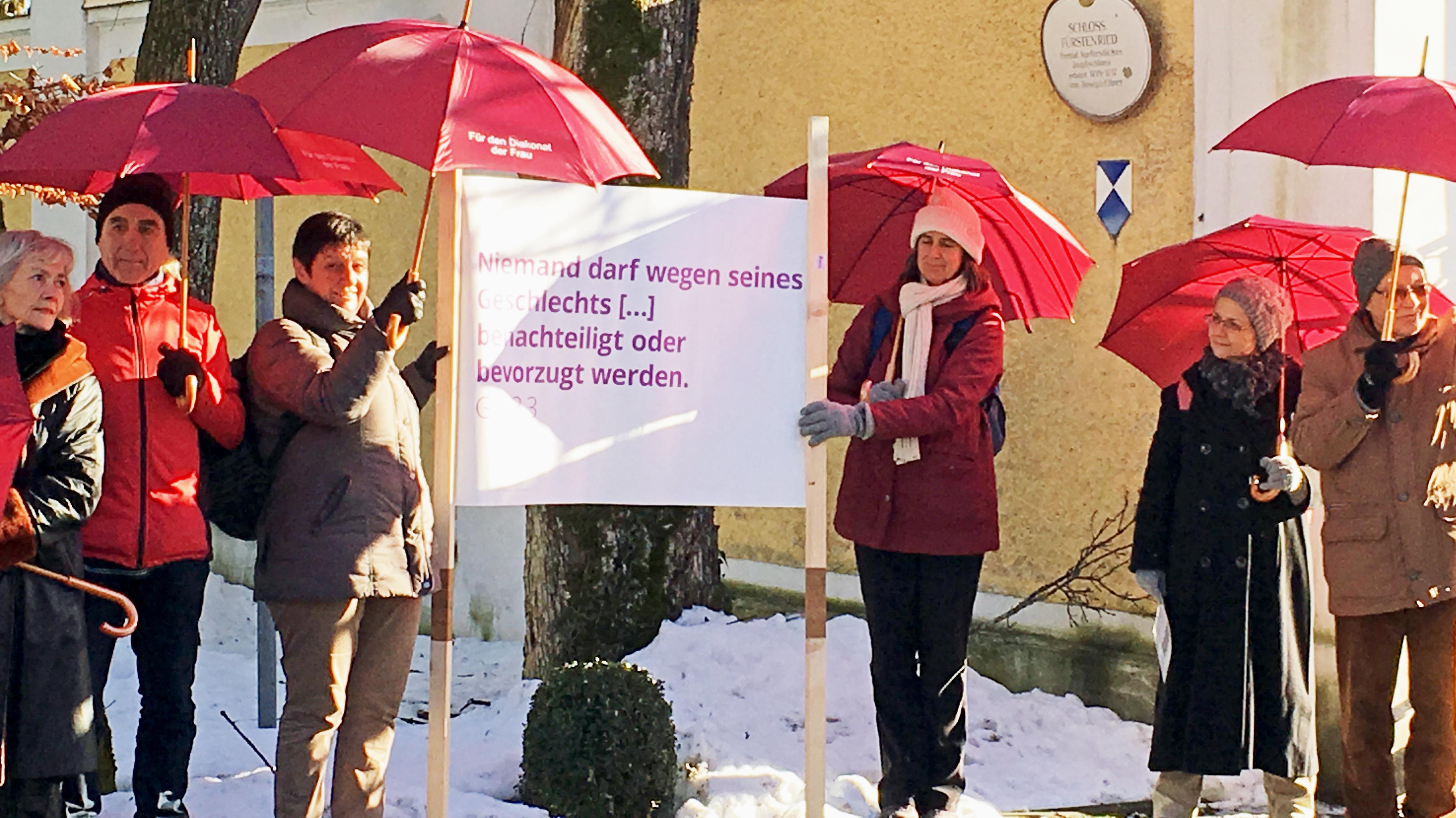 Vor allem Frauen demonstrieren vor dem Schloss Fürstenried für den Diakonat der Frau.