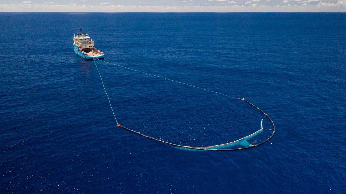 Ein Schiff sammelt mit einer Technik des holländischen Erfinders Boyan Slat Plastikmüll auf dem Ozean ein