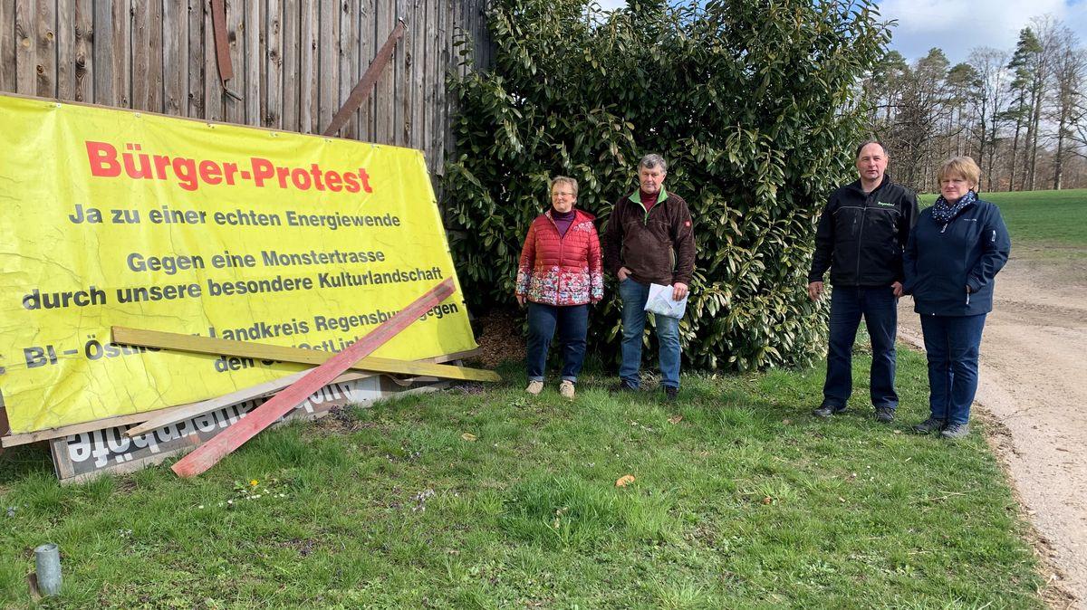 Bild von zwei Familien vor Protestschild