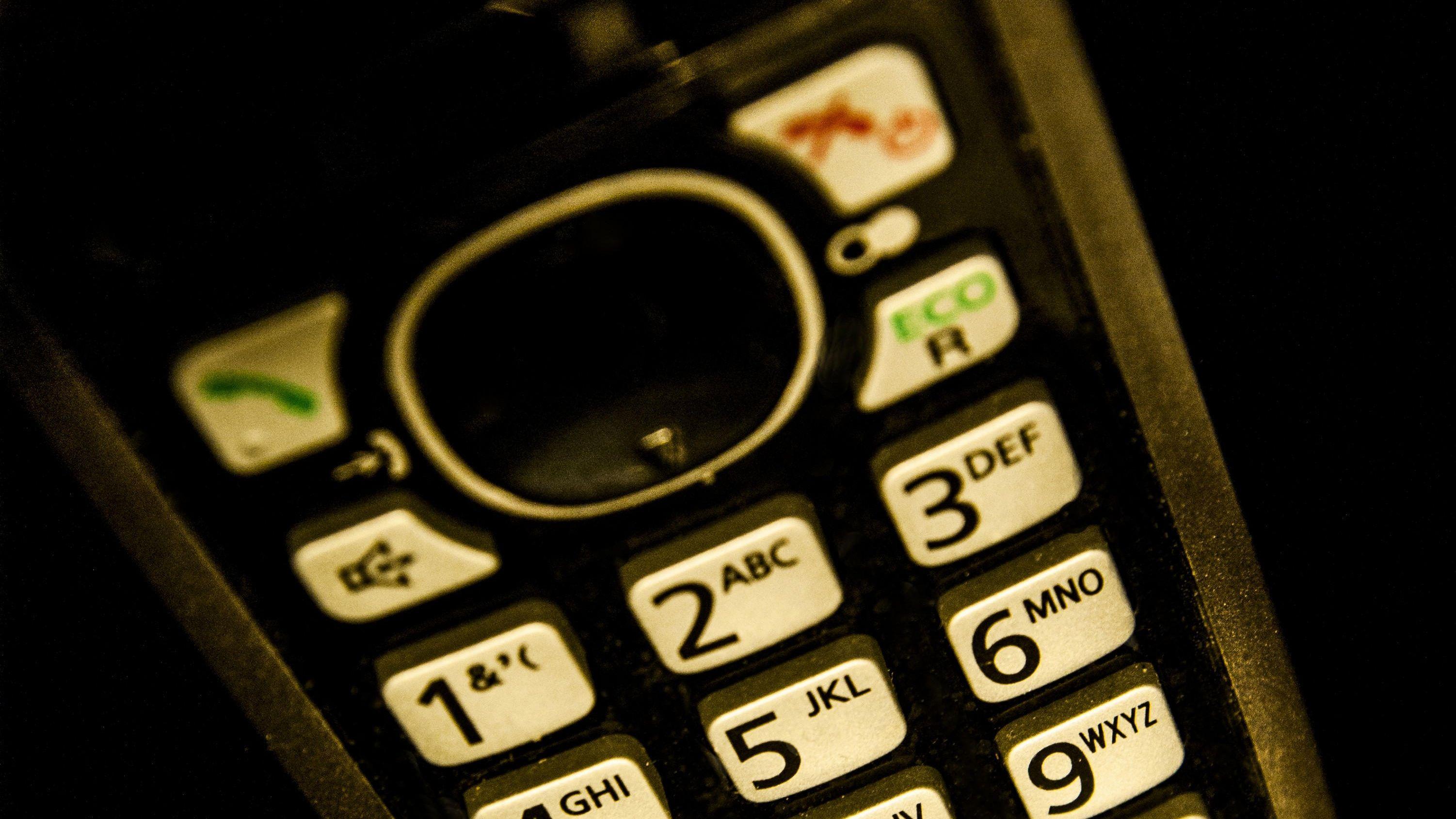 Die Tasten eines Festnetztelefons leuchten im Dunkeln