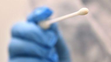 Ein Arzt hält in einer Hausarztpraxis einen Tupfer mit dem ein Abstrich für einen Coronatest gemacht wird.   dpa-Bildfunk / Karl-Josef Hildenbrand