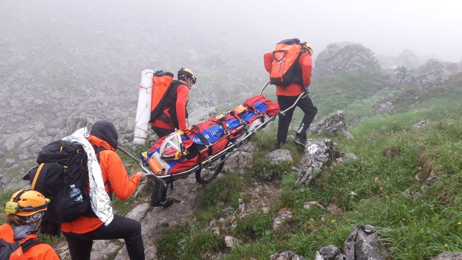 Einsatzkräfte retten eine Bergsteigerin.