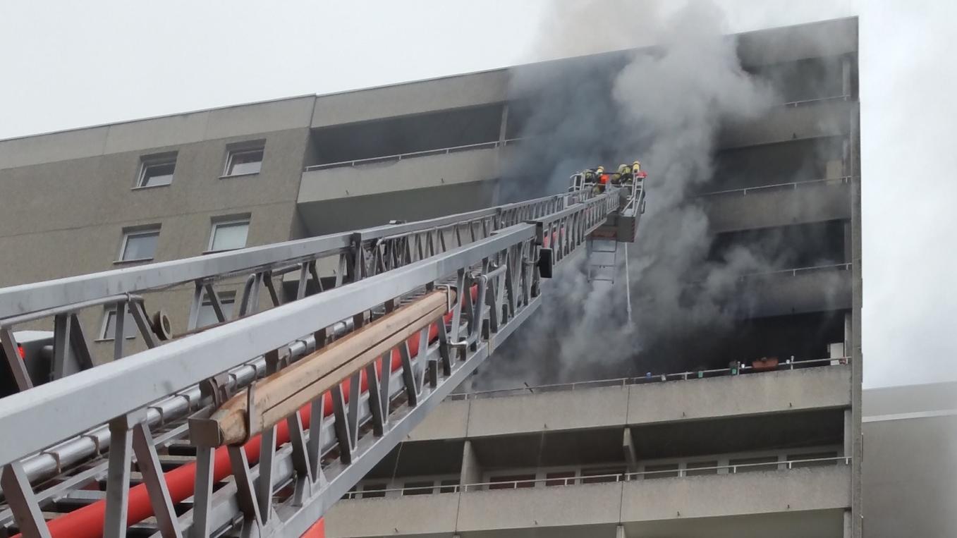 Einsatzkräfte der Freiwilligen Feuerwehr Puchheim-Bahnhof löschen von einer Drehleiter aus den Wohnungsbrand.