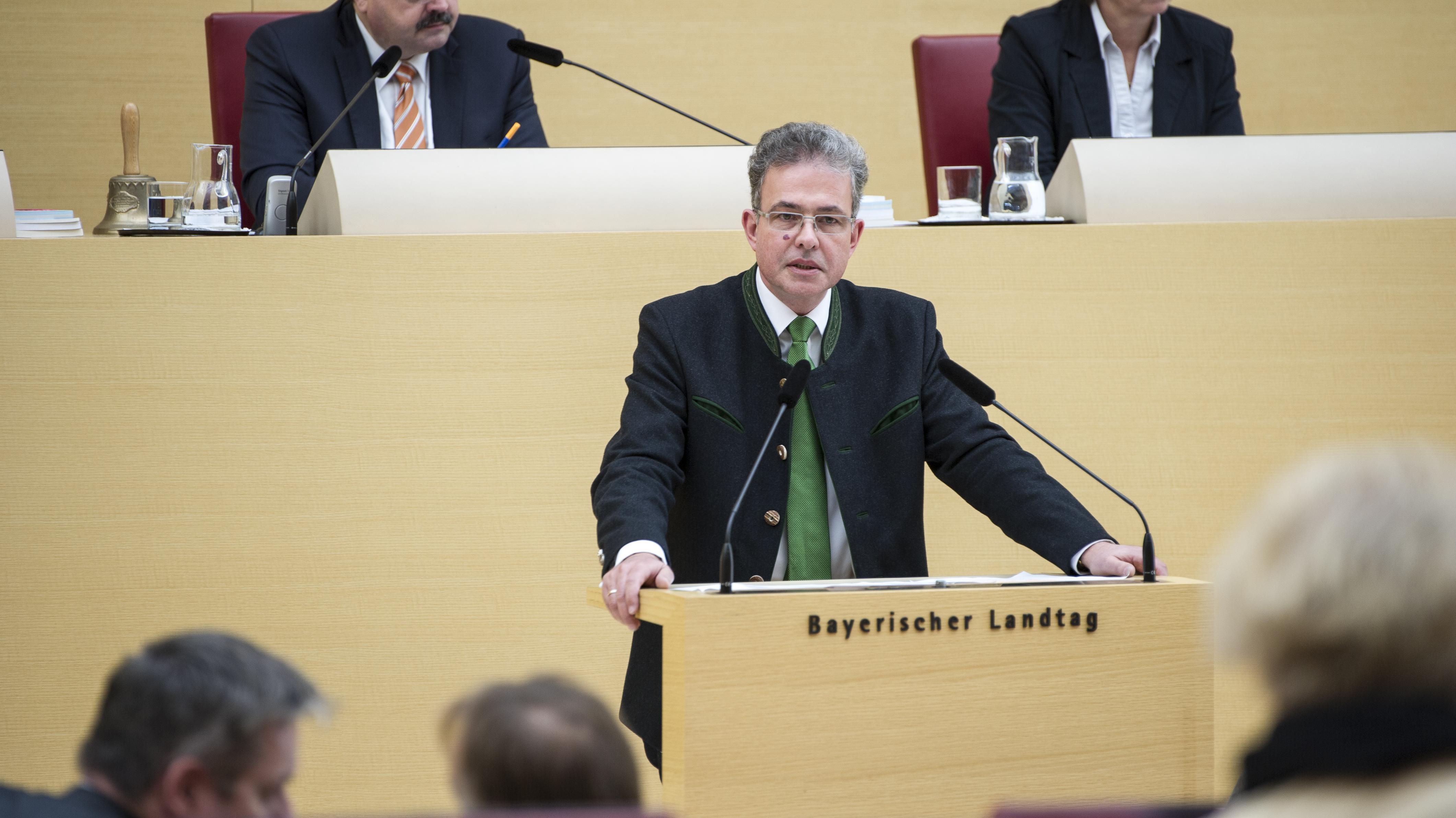 Florian Streibl,  Vorsitzender der Freien-Wähler-Fraktion im Bayerischen Landtag, steht am Rednerpult des Landtags