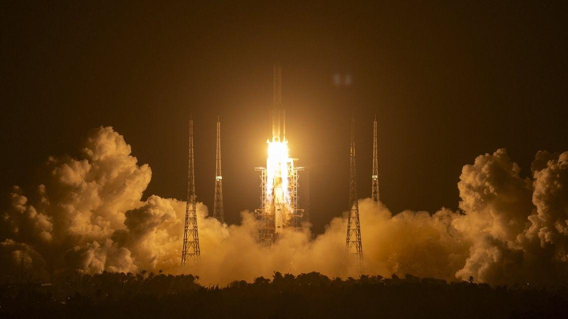 China startet Raumschiff zum Mond - Die Rakete vom Typ «Langer Marsch 5» hob am Montagabend MEZ vom Raumfahrtbahnhof in Wenchang auf der südchinesischen Insel Hainan ab. Bei der Mission soll nach einer Mondlandung erstmals seit mehr als vier Jahrzehnten auch wieder Mondgestein zur Erde gebracht werden.