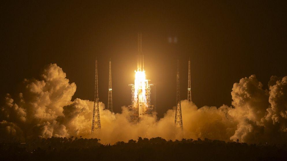 China startet Raumschiff zum Mond - Die Rakete vom Typ «Langer Marsch 5» hob am Montagabend MEZ vom Raumfahrtbahnhof in Wenchang auf der südchinesischen Insel Hainan ab. Bei der Mission soll nach einer Mondlandung erstmals seit mehr als vier Jahrzehnten auch wieder Mondgestein zur Erde gebracht werden.   Bild:dpa-Bildfunk/Mark Schiefelbein