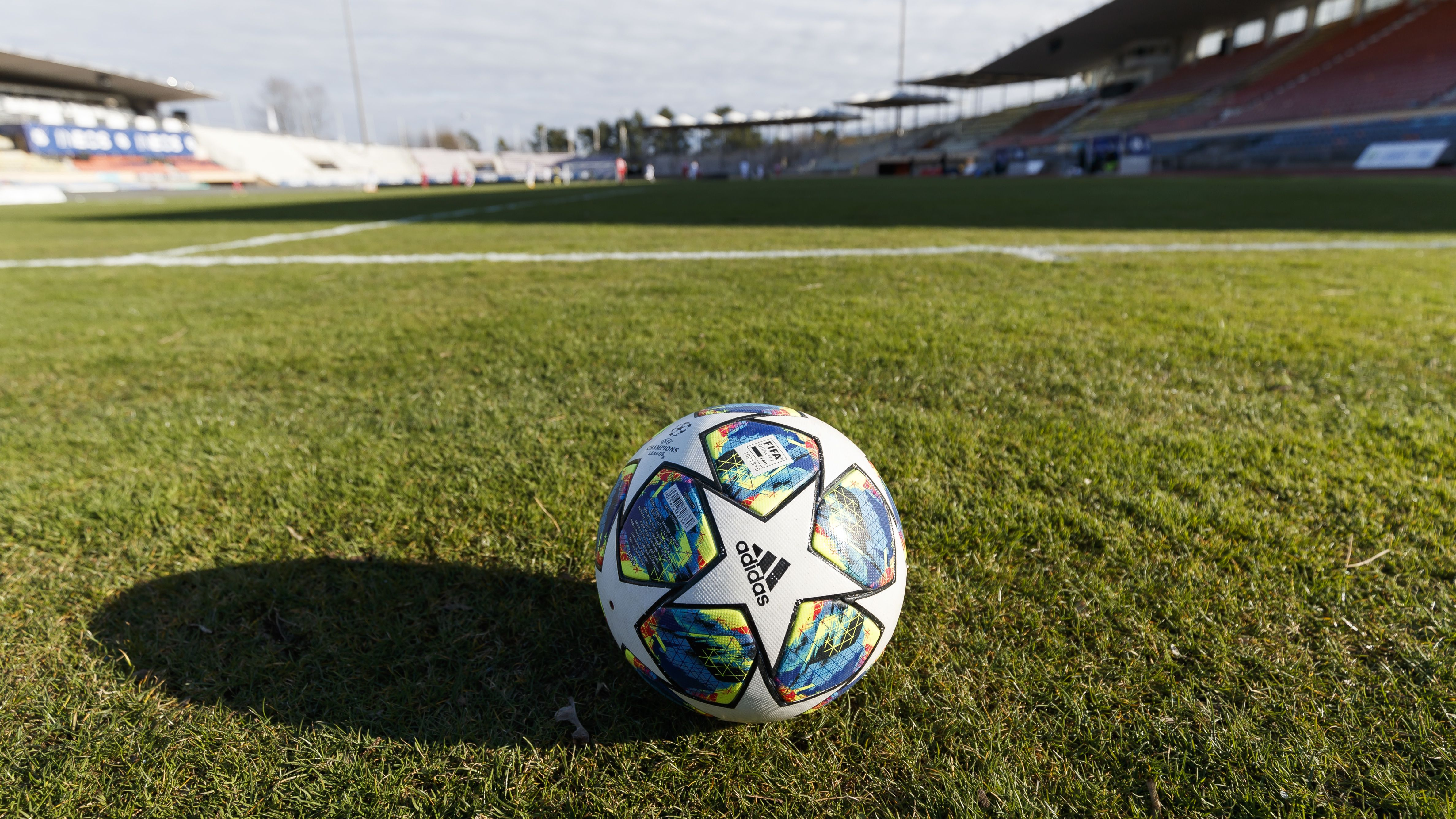 Fußball in einem leeren Stadion
