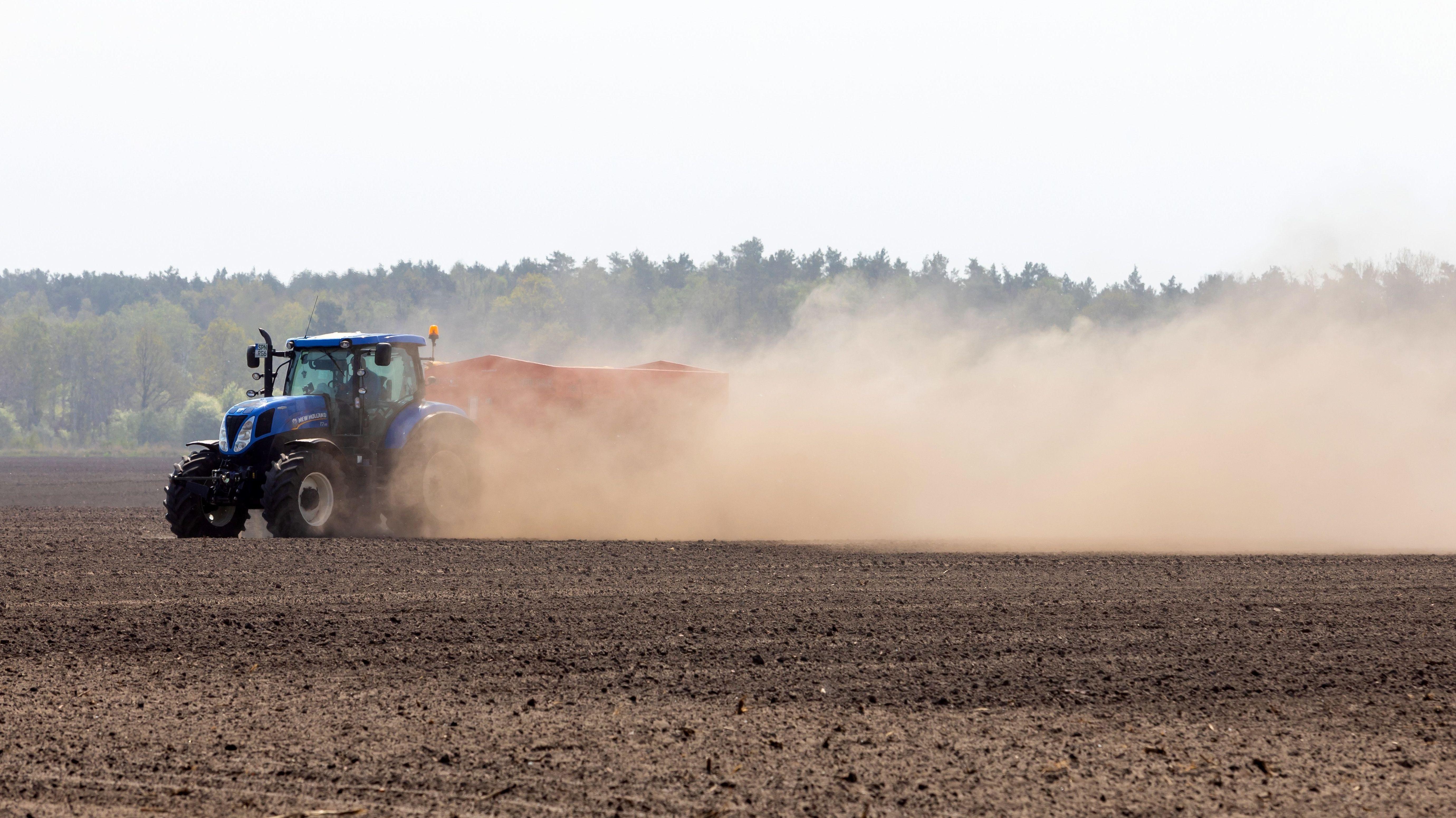 Ein Landwirt pfluegt einen Acker in Proschim (Sued-Brandenburg) und wirbelt auf dem trockenen Feld Staub und Sand auf.