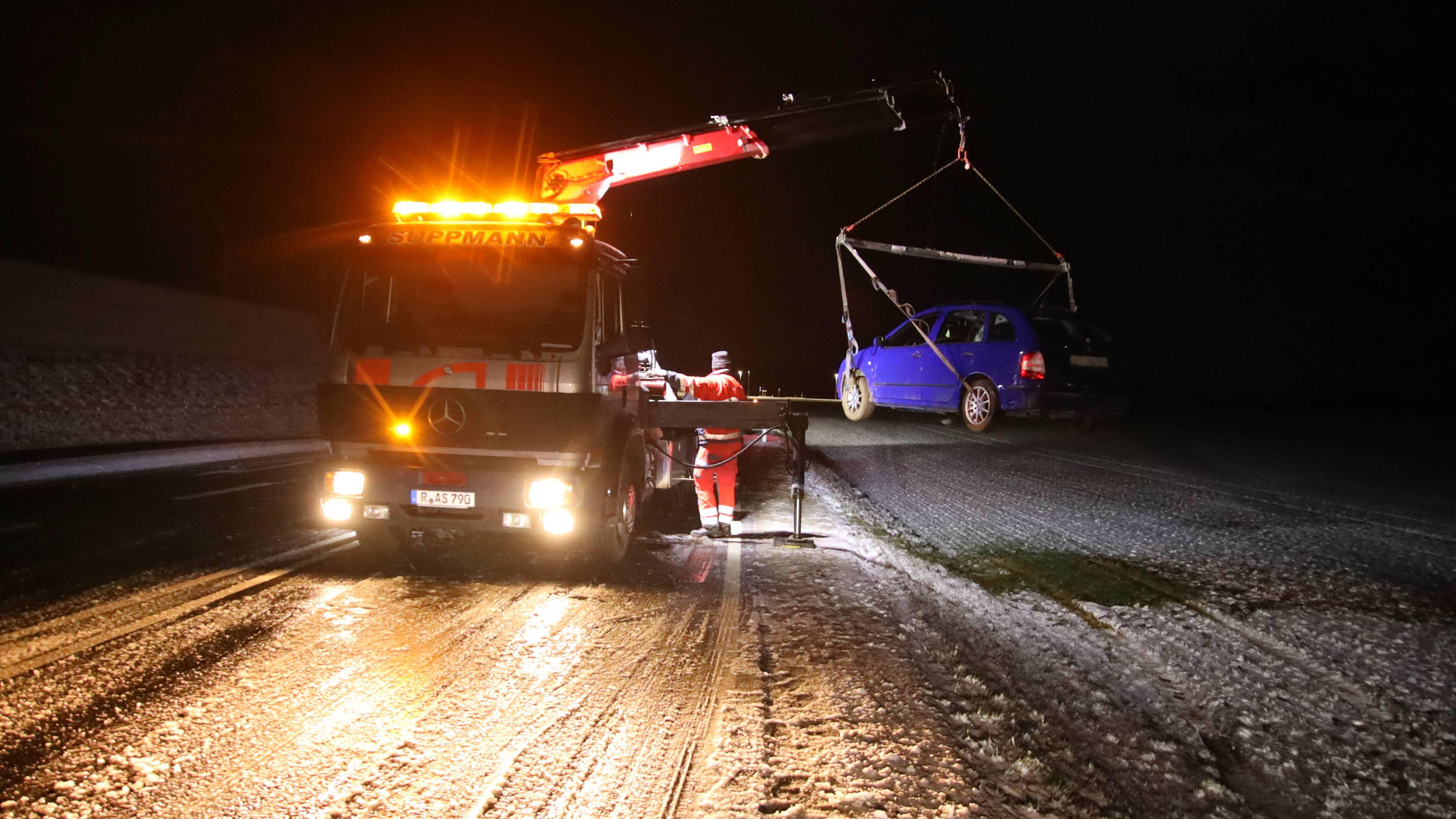 Ein Auto rutschte in Neutraubling wegen Schnee und Glätte in den Straßengraben.