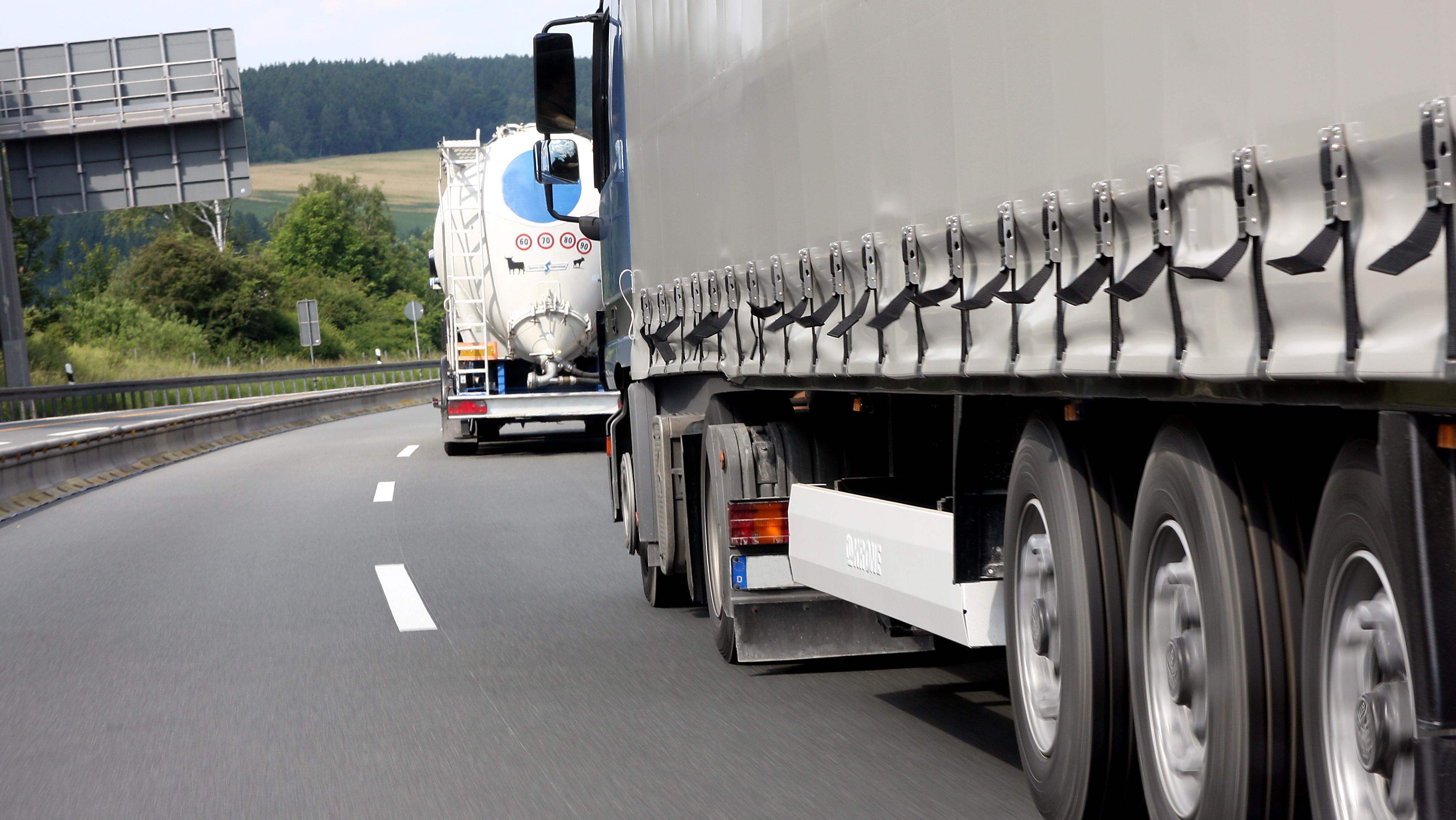 Lastwagen fährt auf der Autobahn