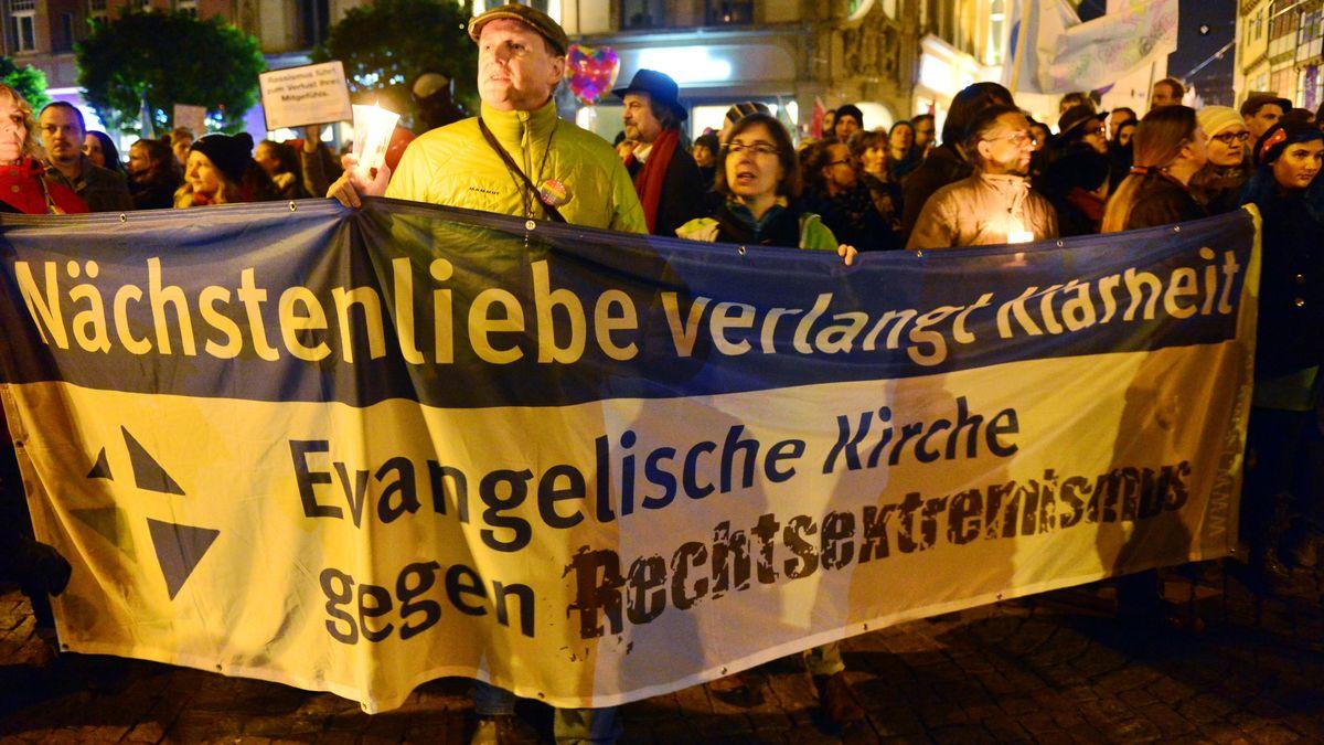 Teilnehmer einer Demonstration protestieren am 21.10.2015 in Erfurt (Thüringen) gegen eine Kundgebung der AfD.