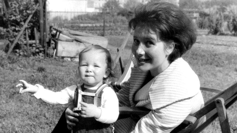 Veronika Fitz mit ihrer Tochter Ariela Bogenberger (1963)