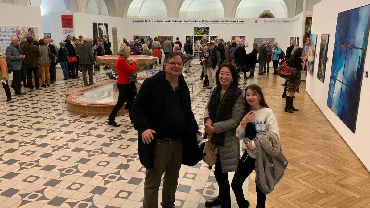 Die Ausstellung in der Rathausgalerie wird gut besucht.