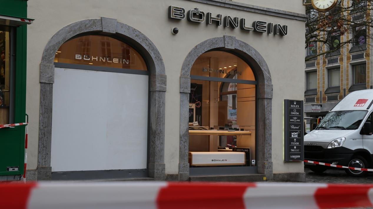 Ein Juweliergeschäft in der Bamberger Innenstadt ist nach einem Überfall mit rot-weißem Absperrband abgesichert.