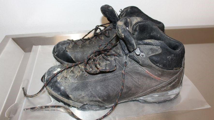 Die Schuhe des Mannes.
