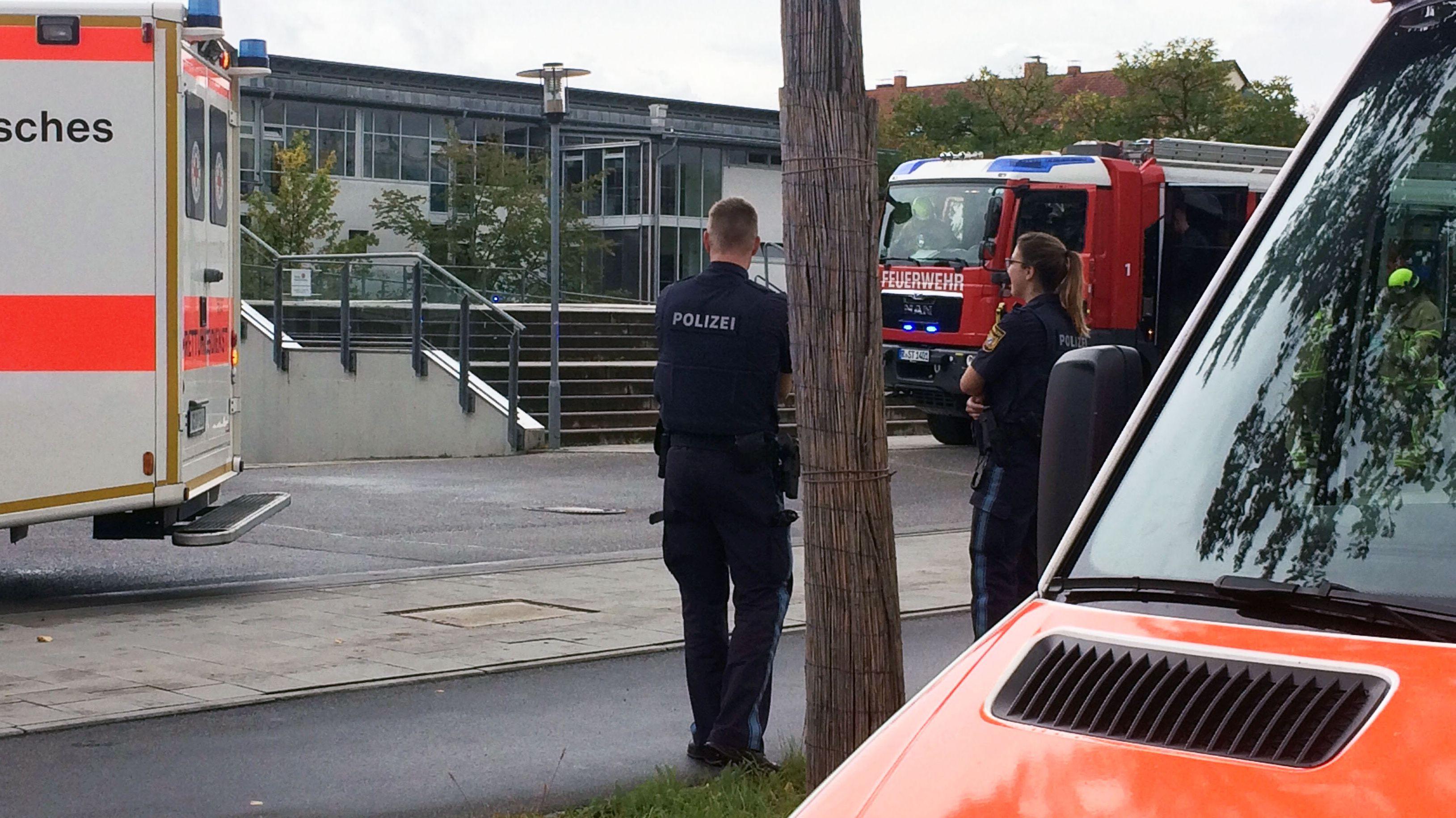 Rettungskräfte vor der Clermont-Ferrand-Mittelschule in Regensburg.