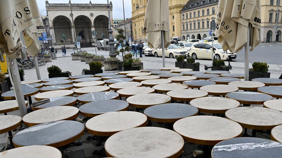 Zusammengestellte Tische vor einem Lokal am Münchner Odeonsplatz.