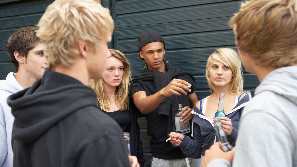 Gruppe von Jugendlichen trinkt Alkohol
