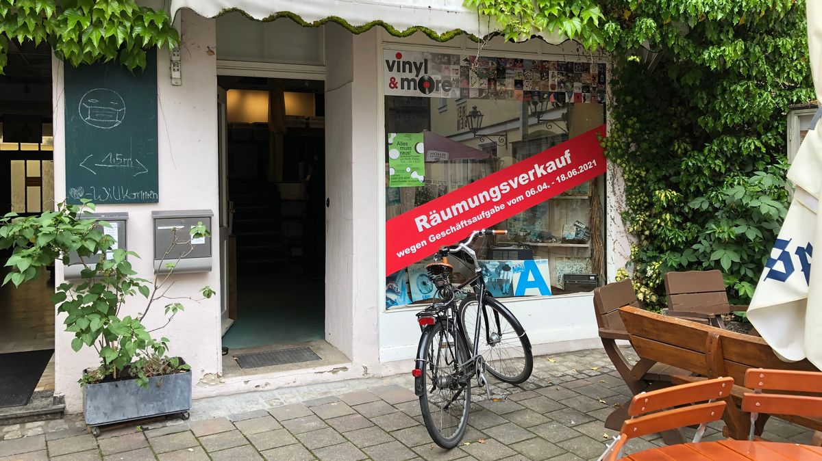 """Front und Eigangsbereich des Plattenladens """"vinyl & more"""" in der Pfarrstraße in Ansbach"""