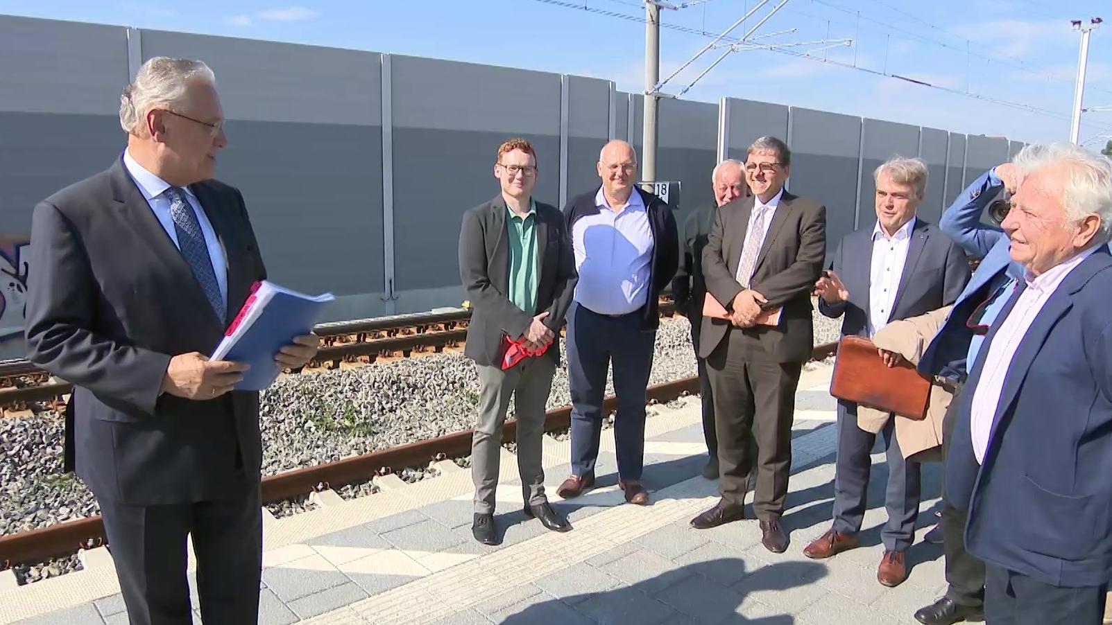 Bayerns Innenminister Joachim Herrmann am Bahnsteig in Eltersdorf