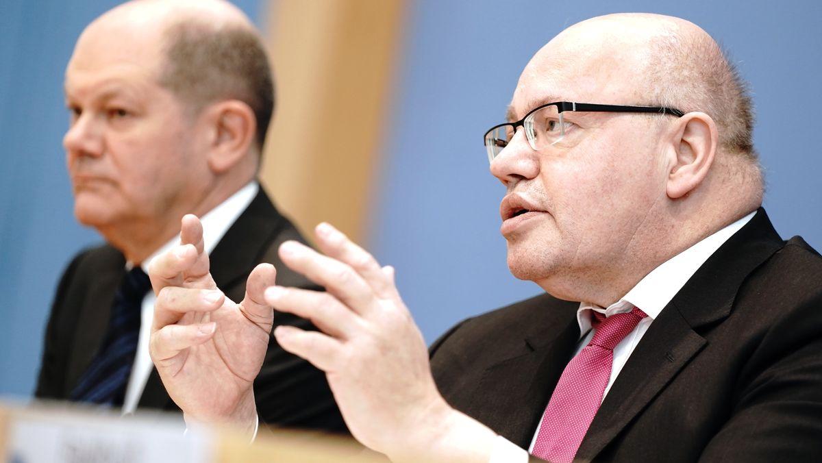 Bundesfinanzminister Olaf Scholz (links) und Bundeswirtschaftsminister Peter Altmaier (rechts) bei einer Pressekonferenz in Berlin.