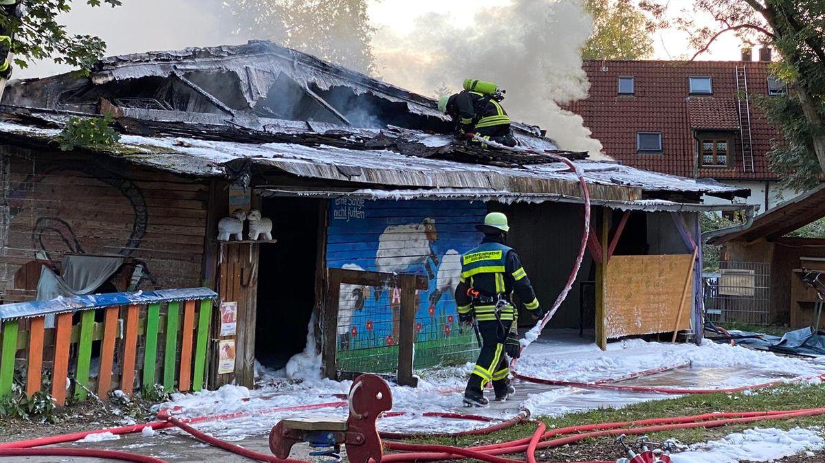 Brand eines Lagerschuppens auf einem Abenteuerspielplatz in Augsburg.