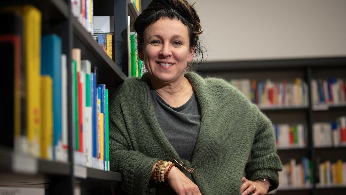 Die polnische Autorin Olga Tokarczuk im Vorfeld einer Lesung in Bielefeld an ein Bücherregal gelehnt