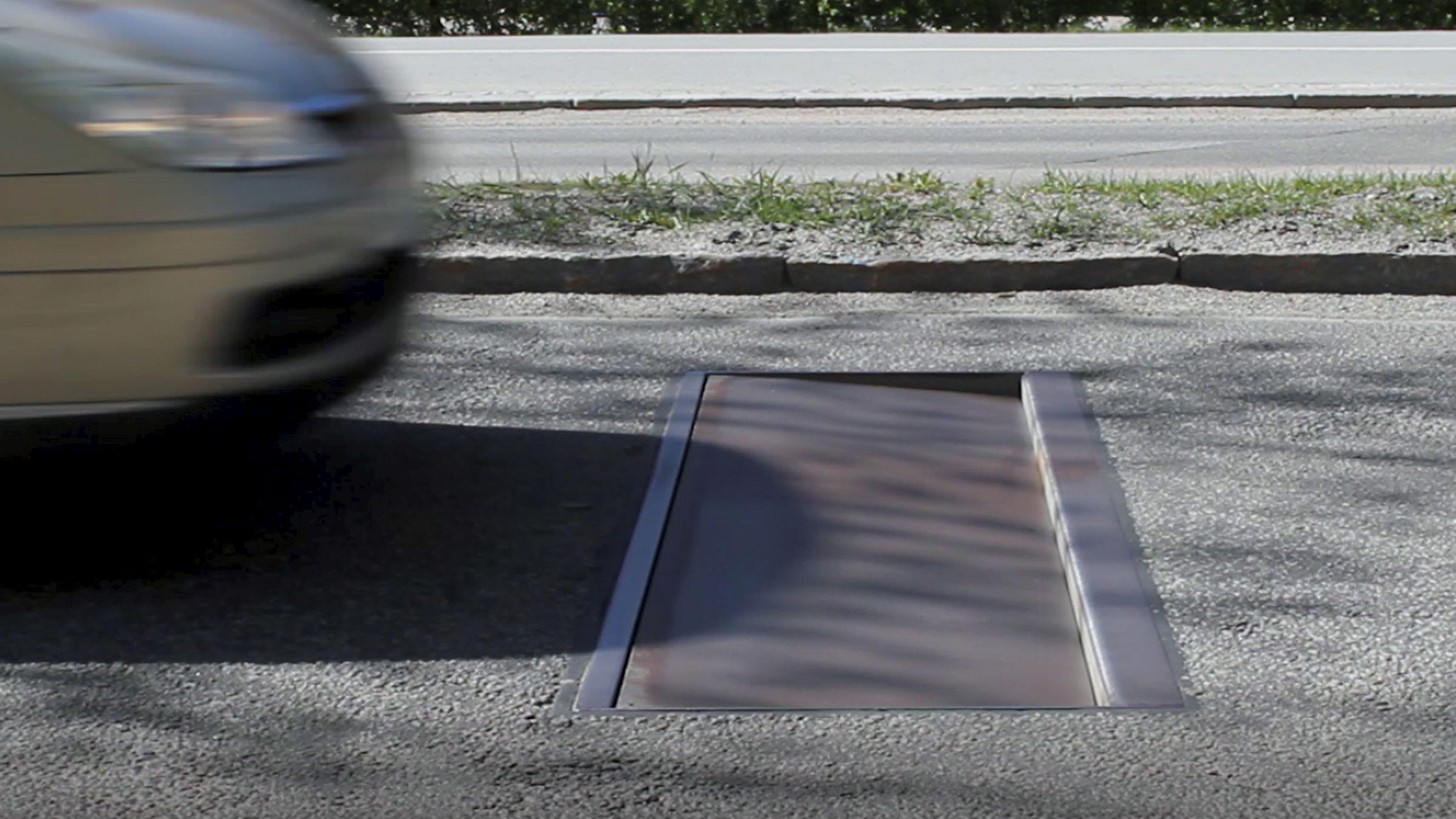 """Ein """"Actibump"""" in Aktion: Eine vier Zentimeter tiefe Schwelle tut sich auf, wenn sich jemand mit zu hoher Geschwindigkeit nähert"""