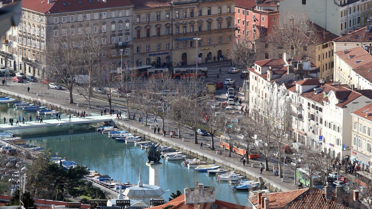 An der Hafenpromenade von Rijeka liegen kleine Boote und Yachten an.