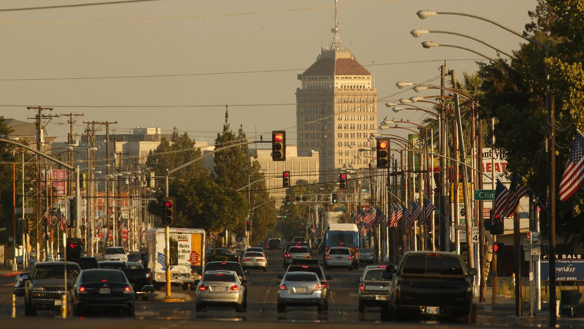 Autos stehen an einer Ampel in Kalifornien.