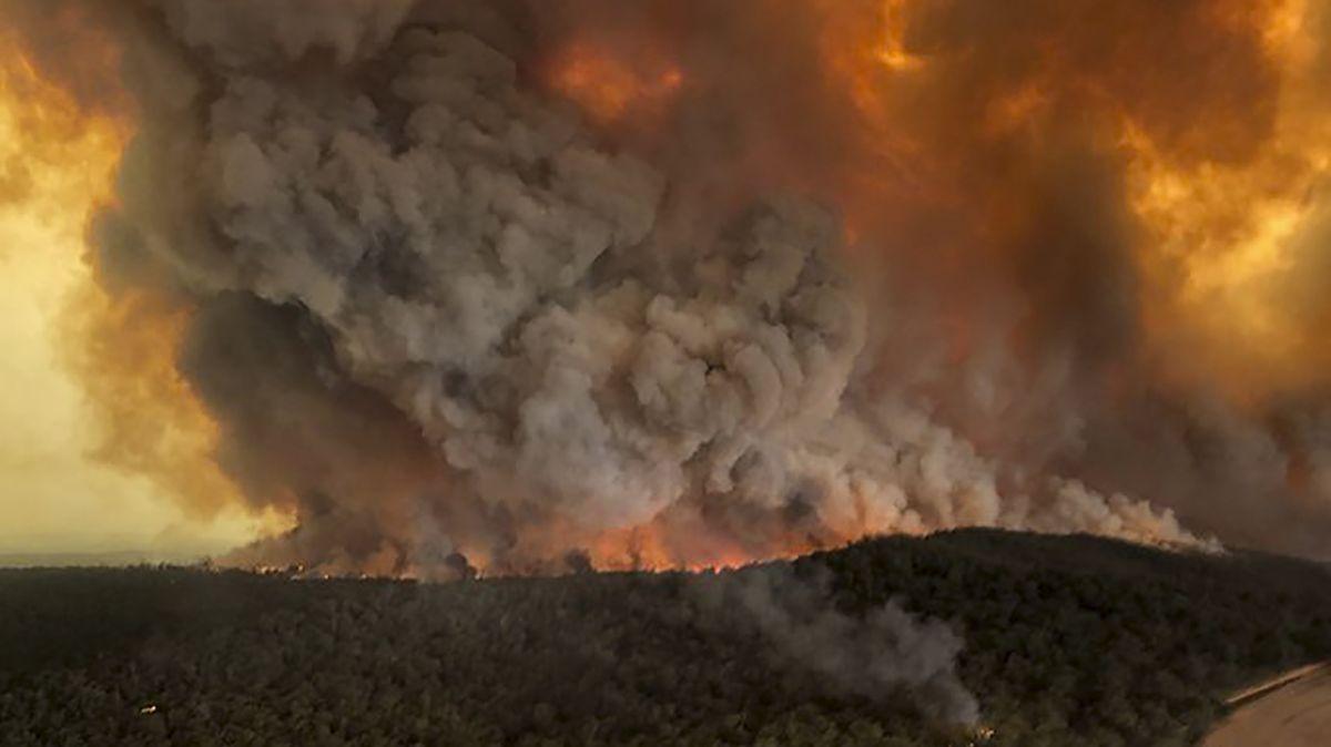 Waldbrände unter Rauchwolken in Bairnsdale, Australien
