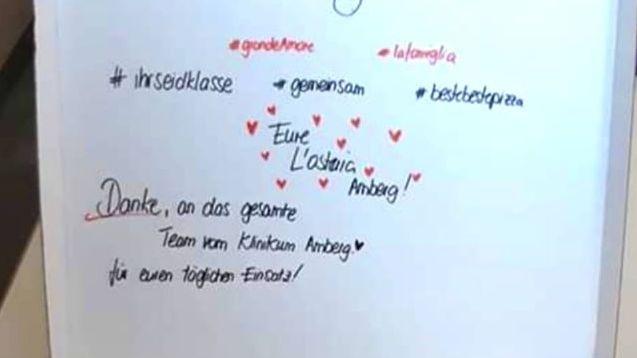 """In den Pizza-Schachteln stand mit roter Handschrift """"Grazie für eure Einsatz"""" oder """"#zusammensindwirstark"""" in den Deckeln geschrieben."""