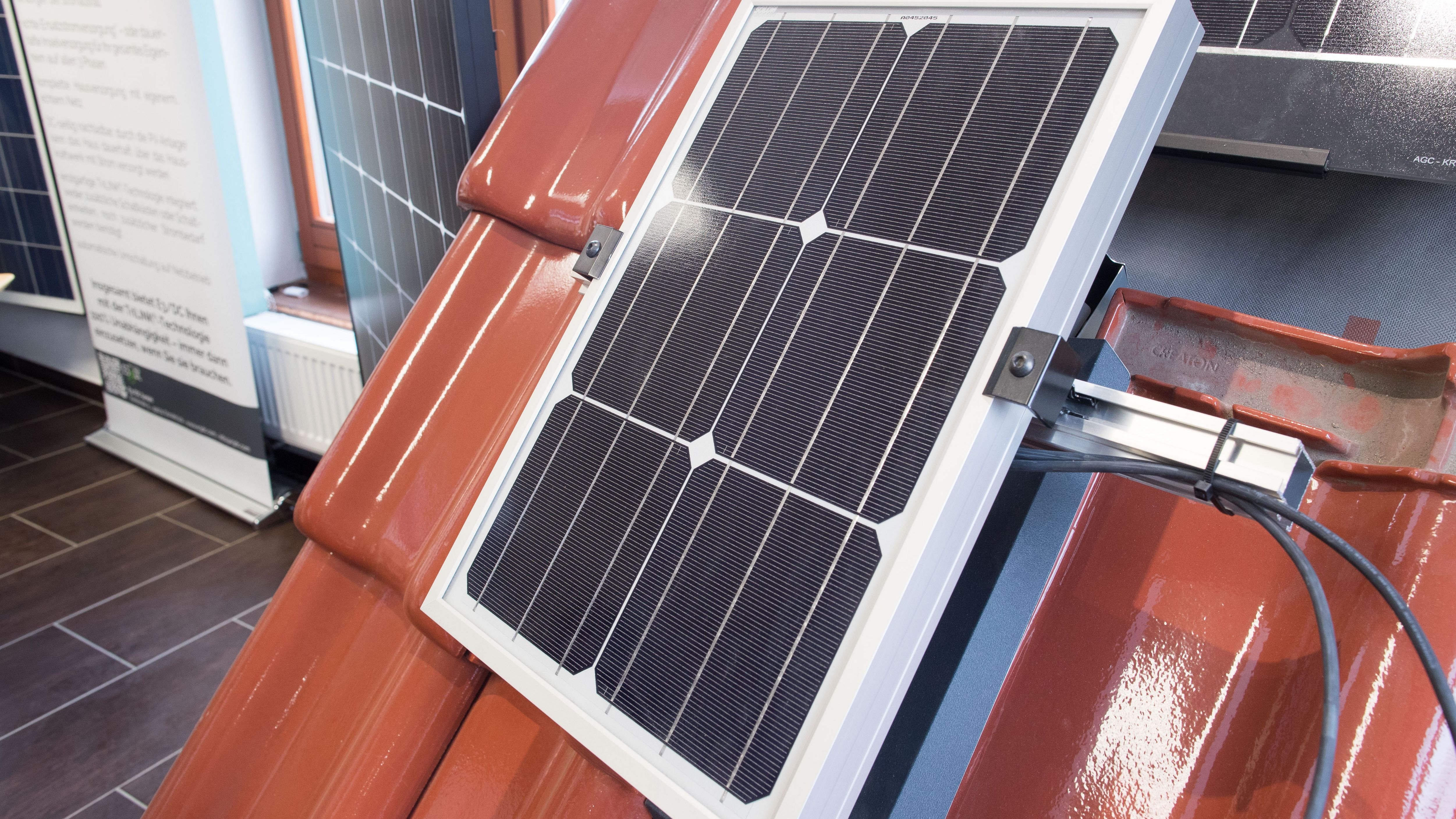 Eine kleine Solaranlage auf einer Terrasse.
