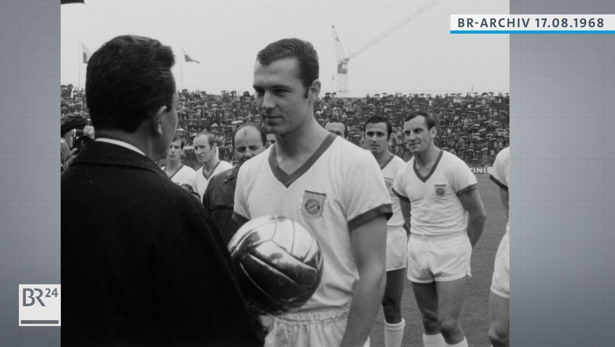 Überreichung des Goldenen Fußballs an Franz Beckenbauer durch Kicker-Redakteur Robert Becker