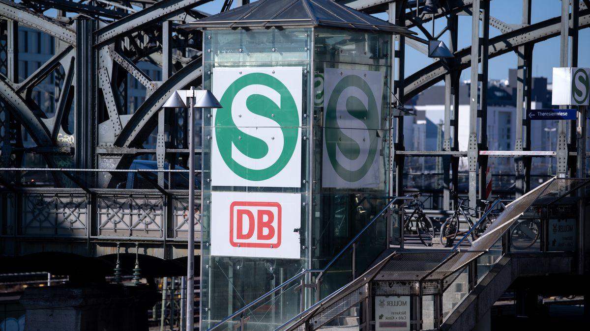 Das Logo der Deutschen Bahn (DB) und der S-Bahn ist an der Hackerbrücke in München zu sehen.