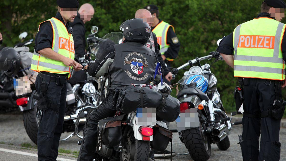 Polizisten kontrollieren Mitglieder eines Motorrad-Klubs. (Symbolbild)
