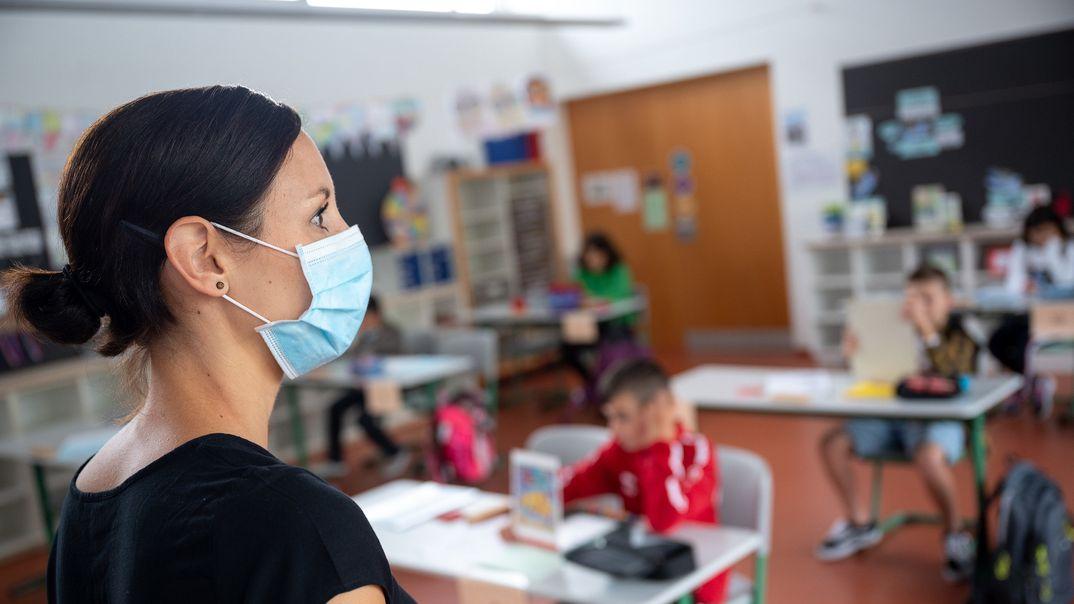 Symbolbild: Lehrerin mit Maske